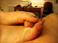 Amateur whore gives sensual foot job and takes sperm on feet