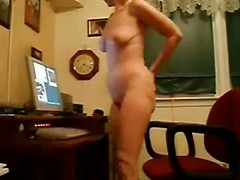 Amateur mom masturbating her pussy in live porn chat on web cam